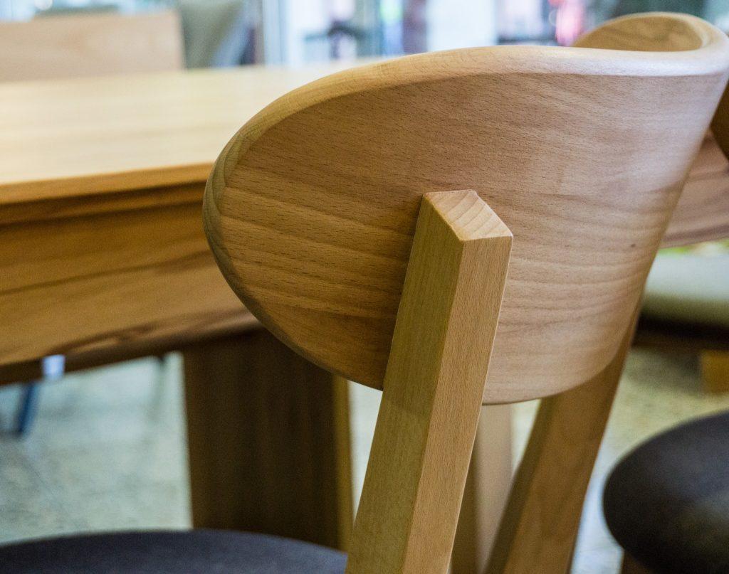 Stuhle Und Banke Aus Massivholz Oder Bequem Gepolstert Mit Gestellen Aus Holz Oder Stahl Labyrinth Moebel